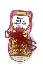 Bé gái khéo tay buộc dây giày